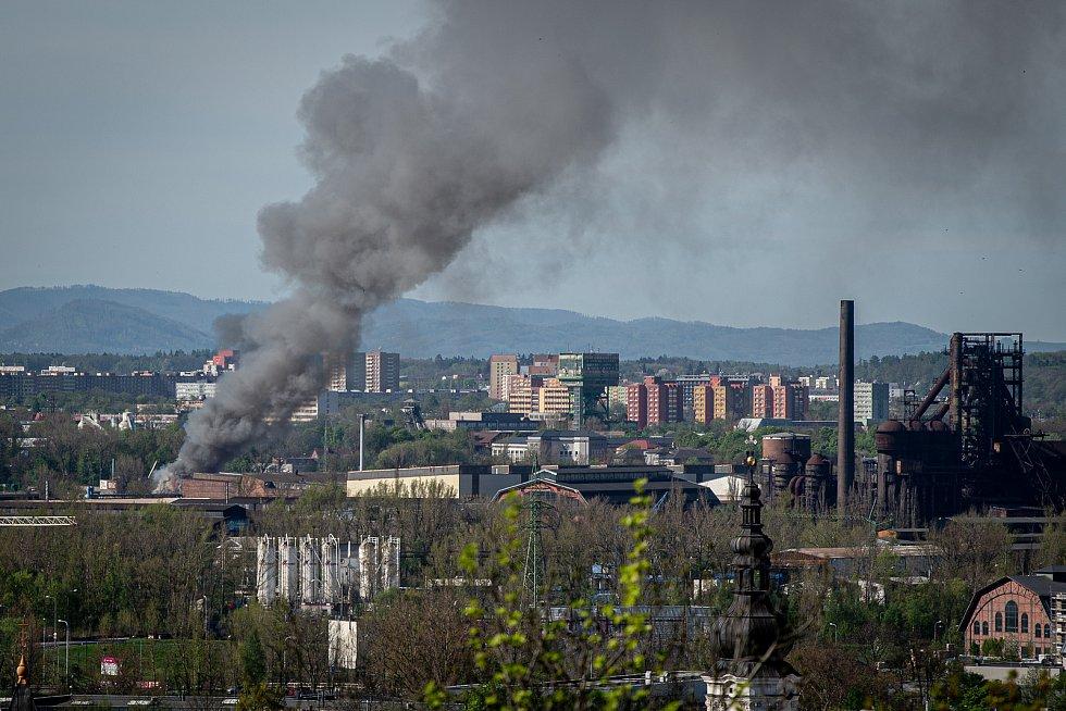 Pohled z lávky nad Bazaly: Kvůli pondělnímu (10. května 2021) požáru v areálu autovrakoviště v Ostravě-Vítkovicích byl vyhlášen zvláštní stupeň poplachu. Hustý kouř byl od rána viditelný už zdaleka.