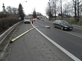 Sloup dopadl do pruhu ve směru do Hlučína. V té chvíli tudy naštěstí neprojíždělo žádné vozidlo.