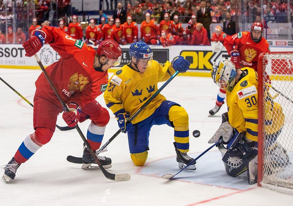 Mistrovství světa hokejistů do 20 let, semifinále: Švédsko - Rusko, 4. ledna 2020 v Ostravě. Na snímku (zleva) Nikita Rtishev (RUS), Nils Lundkvist (SWE), brankář Švédska Hugo Alnefelt (SWE).
