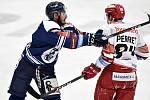 Utkání 15. kola hokejové extraligy: HC Vítkovice Ridera - Mountfield Hradec Králové, 9. listopadu 2020 v Ostravě. (zleva) Dominik Lakatoš z Vítkovic a Jordann Perret z Hradce Králové.