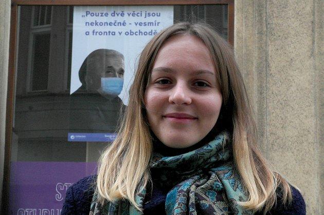 Studentka knižního designu Barbora Hlavicová je autorka grafik utahujících si zčínské nákazy, tvoří je ostatně vdobě, kdy ji má iona sama a musí trčet vkaranténě.