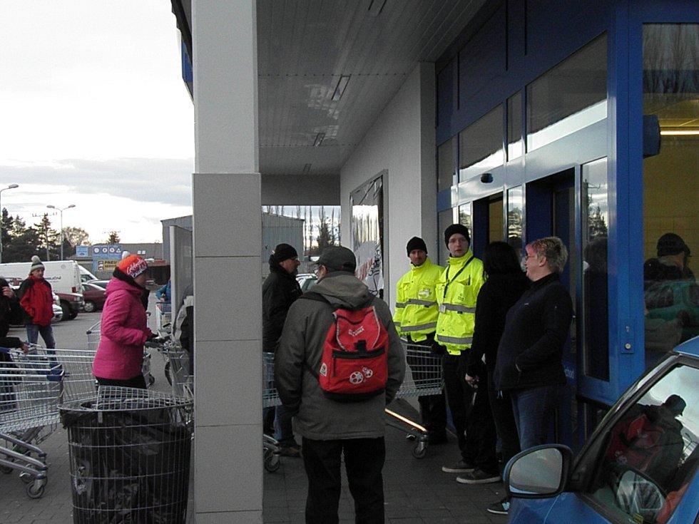 Zahájení výprodeje v hlučínské prodejně Lidlu. Lidé spořádaně stáli ve frontě, vstup do prodejny regulovala ochranka.