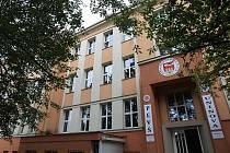 V budově bývalé Základní školy Matrosovova v Ostravě-Mariánských Horách teď sídlí právnická fakulta.