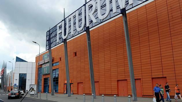 Futurum - jeden z prvních hypermarketů v Ostravě vyrostl na území po bývalém stadionu odborářů. Jeho původní část patří k těm architektonicky povedenějším, přístavba z vlnitého plechu už se ale nepovedla.