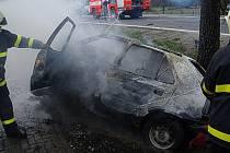 Zásah hasičů u požáru automobilu. Ilustrační foto.