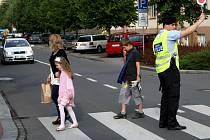 I v Ostravě se školáci a studenti konečně dočkali. Poslední den školního roku 2010/2011 mají za sebou. Ráno si vyzvedli svá vysvědčení a teď už je čekají dva měsíce prázdnin.