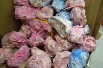 Celníci našli ve skladu mražené maso nejasného původu. Vše bude zničeno.