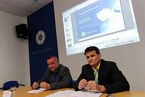 Kriminalisté Radovan Vojta (vlevo) a Pavel Václavík informovali o zatčení heroinového gangu.
