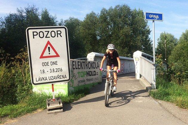 Na tři dny je zavřená idalší lávka přes Odru, která slouží cyklistům. Od 1.do 3.srpna nepřejedete přes mostek vTřebovicích.