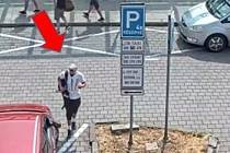 Více jak padesát tisíc zmizelo z vyloupené pokladny na ostravském nádraží. Policie v souvislosti s tím hledá tohoto muže.
