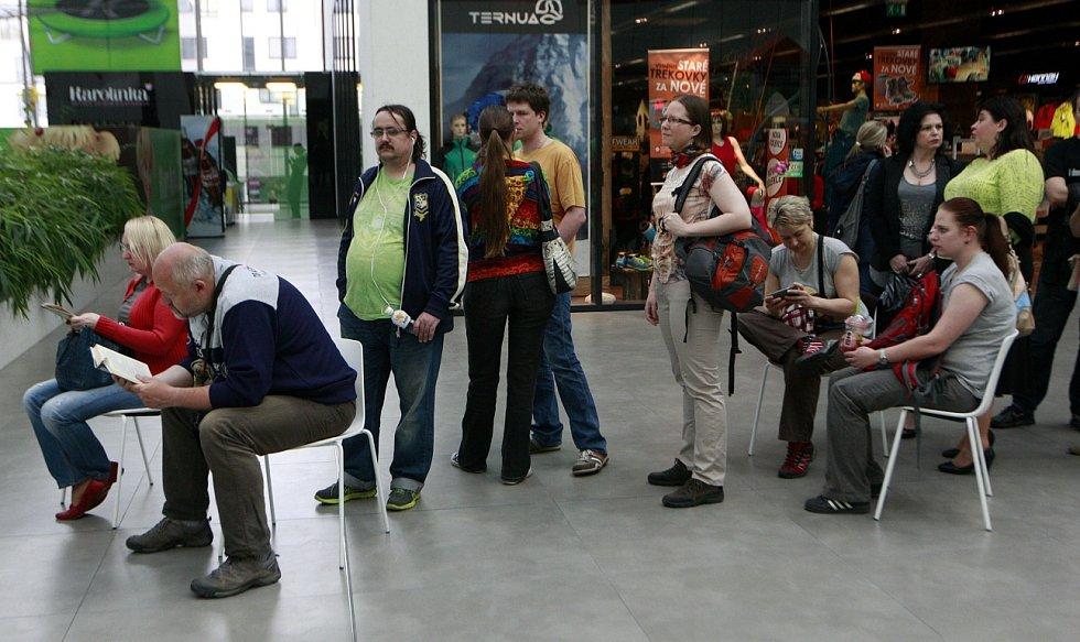 Zájemci o vstupenky na ostravský koncert Jarka Nohavici opět vytvořili v neděli v obchodním centru Nova Karolina dlouhou frontu.
