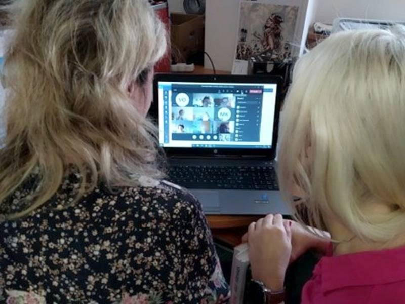 Spousta Čechů se ponořila do online světa. Sází, sledují porno a nudí se.