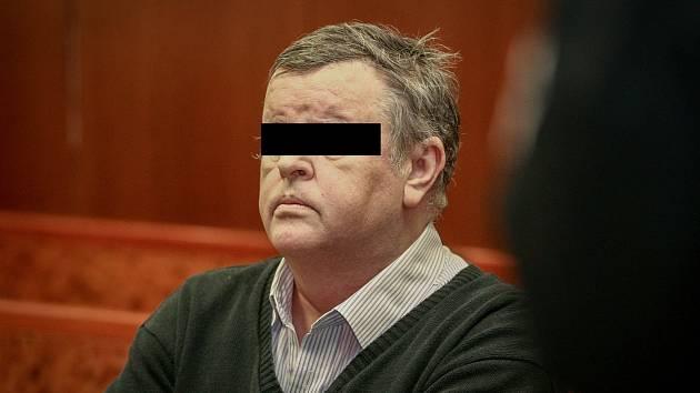 Bývalý exekutor Čeněk B. (na snímku z prvního hlavního líčení) byl původně odsouzen k šesti rokům vězení. Vrchní soud ale verdikt zrušil a případ vrátil k novému projednání.