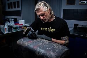 Majitel tetovací salón Tattoo Zone Ivo Výboch tetuje kozu, 29. května 2020 v Krnově.