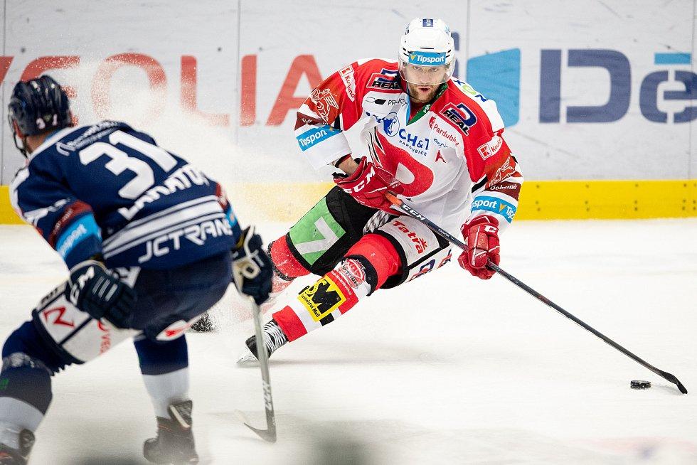 Utkání 50. kola hokejové extraligy: HC Vítkovice Ridera - HC Dynamo Pardubice, 2. března 2021 v Ostravě. (zleva) Dominik Lakatoš z Vítkovic a Patrik Poulíček z Pardubic.