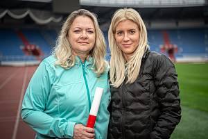 ŠTAFETOVÝ KOLÍK světová vicemistryně z roku 1983 na čtvrtce i ve štafetě na 4 x 400 metrů a halová mistryně Evropy 1984 Táňa Netoličková (vlevo) teď předala své dceři Janě Slaninové, kterou ve Vítkovicích trénuje.