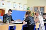 Studentům čtvrtých ročníků začala ústní neboli profilová část maturitní zkoušky. Na snímku studenti z Obchodní akademie v Ostravě-Porubě.
