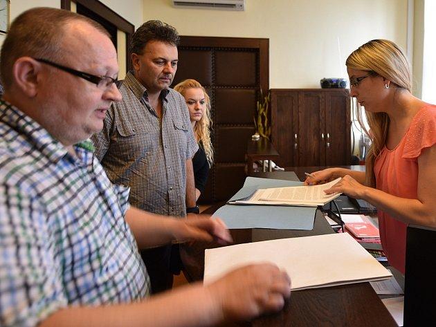 Členové petičního výboru předali petici asistentce primátora Lence Gažíkové.