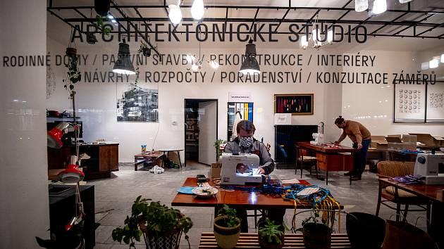 Vestibul Interier v centru Ostravy se v těchto dnech změnil na jednu velkou šicí dílnu.