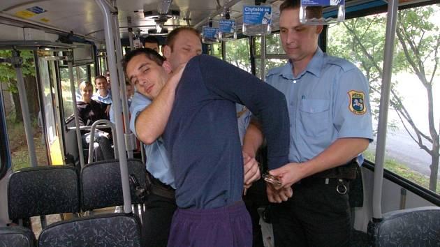 Stážnici nacvičovali, jak zvládnout černé pasažéry.