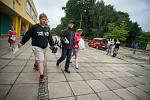 Dětem skončil další školní rok. Takto to vypadalo v pátek na základní škole V. Košaře v Ostravě-Dubině.