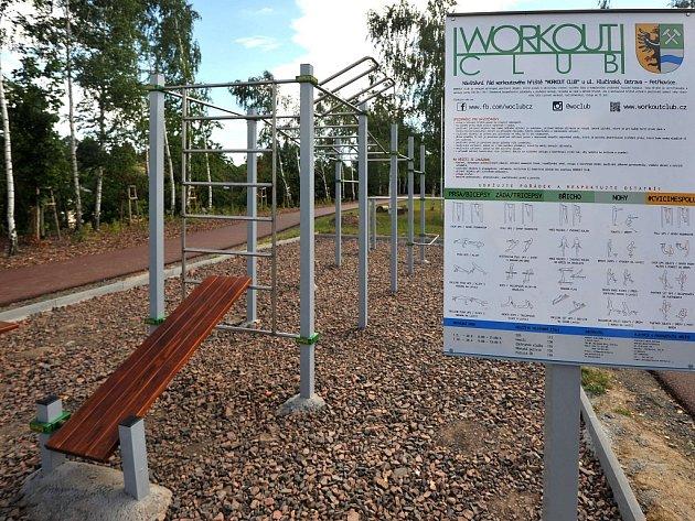Wokoutové hřiště. Street workout je stále populárnější druh venkovního posilování, při kterém se využívá především vlastní váha.
