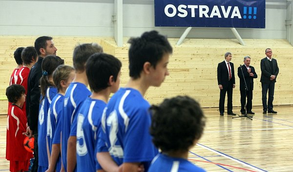 Devatenáct let už je starostou ve Lhotce Josef Šrámek. Nyní se mu podařilo dotáhnout do úspěšného konce výstavbu víceúčelové sportovní haly, která bude sloužit ijako zázemí pro místní fotbalový klub.