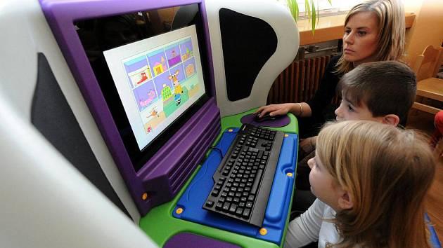 První počítačová stanice z celkových osmašedesáti, které Ostrava získala díky společnému projektu s ministerstvem školství a společností IBM, byly v pondělí představeny v Mateřské škole v Lechowiczově ulici v Ostravě-Fifejdách.
