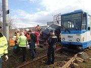 Zásah ostravských hasičů u nehody tramvaje s dodávkou.