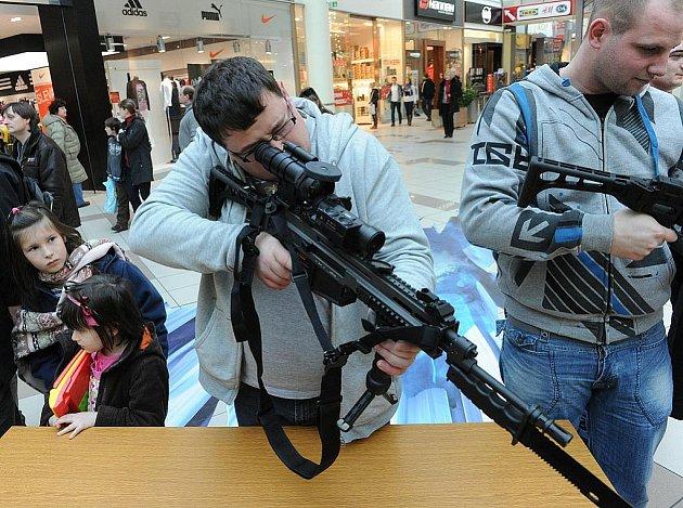 Armáda v sobotu 21. ledna obsadila Shopping Park Ostrava. K vidění byla současná armádní technika a nejmodernější ruční zbraně. V blocích probíhaly i ukázky bojových umění, vojenského lezení a zásahy speciálních jednotek.