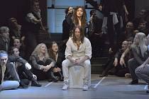PETER CMORIK (uprostřed sedící) jako Ježíš v muzikálu Jesus Christ Superstar.