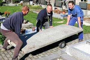 Náhrobní deska váží více než půl tuny, Karel (zleva), Lukáš a Láďa s ní manipulují pouze vlastními svaly.