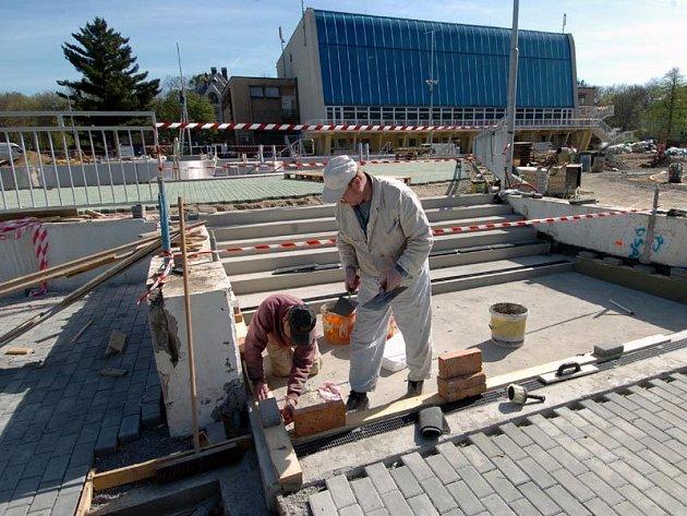 Práce na opravě koupaliště Čapkárna pokračují