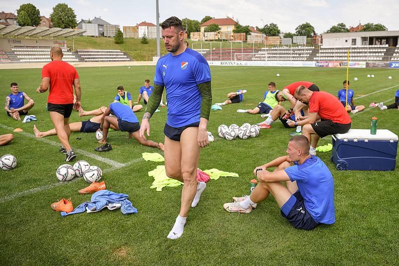 První trénink fotbalového týmu FC Baník Ostrava, 21. června 2021 v Kroměříži. V popředí kapitán Jan Laštůvka.