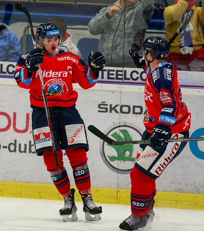 radost, gól, vlevo Patrik Zdráhal, vpravo Rostislav Olesz