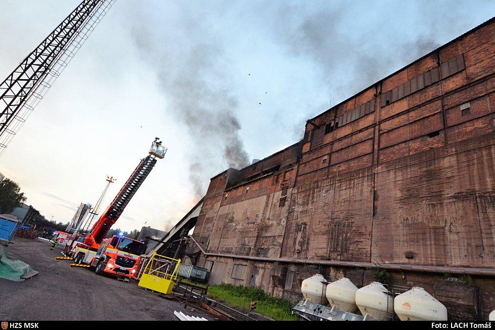 Zásah hasičů u požáru v ostravské huti ArcelorMittal.