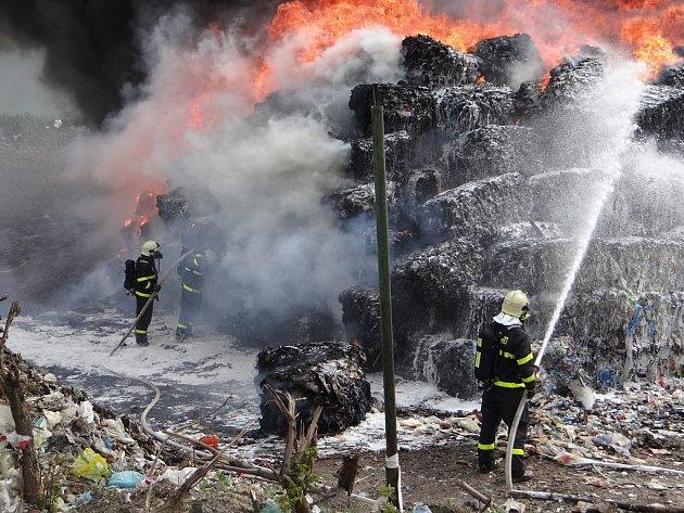 Požár na skládce v Ostravě-Hrušově