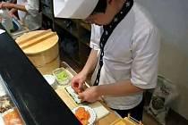 Příprava sushi v ostravské restauraci Saga Sushi