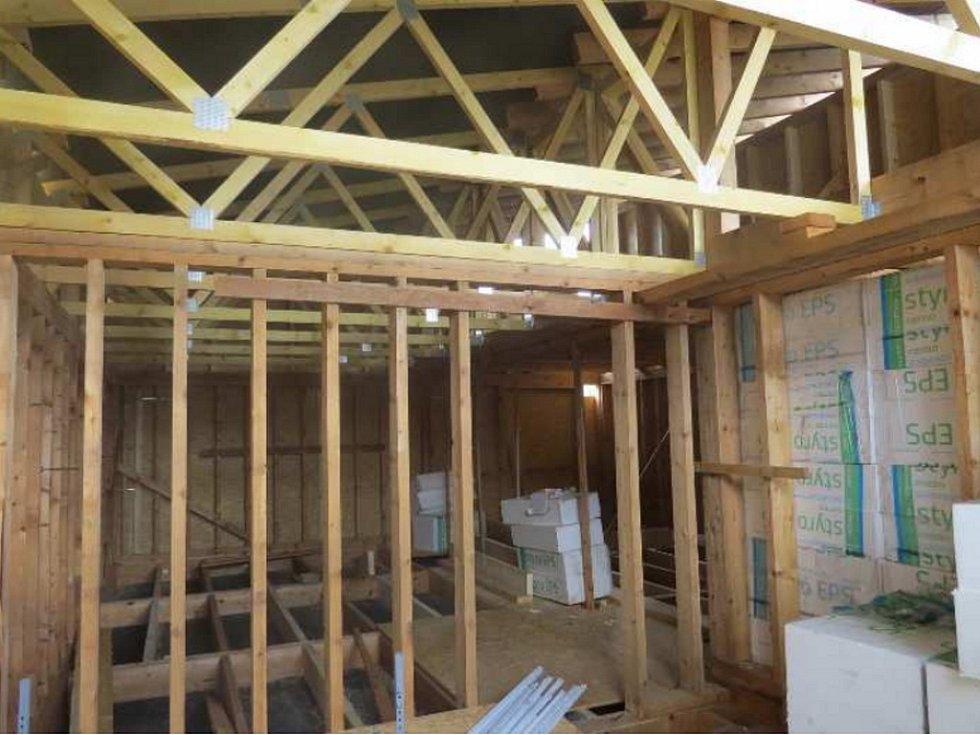 Dřevostavbu má na starosti soukromá firma, interiér ale budou vytvářet také děti. Stavba nabídne velkou místnost pro klubovní schůzky a dvě menší místnosti.