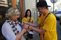 V Ostravě ve středu rozkvetly desítky žlutých květin. Nikoliv však na travnatých plochách, ale na tričkách, košilích, kabelkách či šátcích. Letošní jedenáctý květen patřil veřejné sbírce Český den proti rakovině neboli květinovému dni.