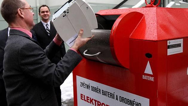 Pavel Valerián z ostravského magistrátu hází do kontejneru starou tiskárnu. Tento kontejner včera po slavnostním křtu převezli před obchodní dům Laso.