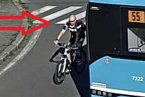 Rozhněvaný cyklista poškodil auto.