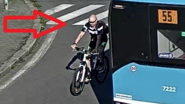 Rozhněvaný cyklista poškodil auto