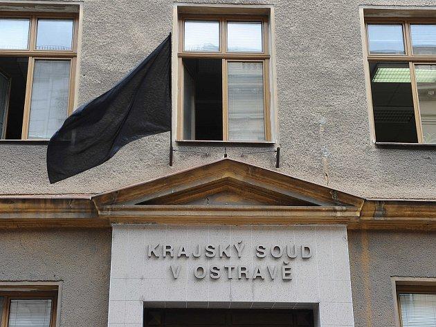 Památku zesnulého soudce Miloslava Studničky uctili kolegové zKrajského soudu vOstravě vyvěšením černé vlajky.