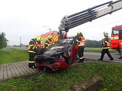 Sobotní zásah hasičů v Bartovicích u převrácené mazdy.