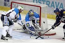 Hokejová extraliga HC Vítkovice Steel - HC Plzeň. V bráně Adam Svoboda, vpravo Jan Káňa.