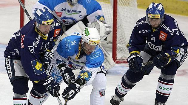 Hokejová extraliga HC Vítkovice Steel - HC Plzeň. Vlevo Jiří Burger, vpravo Juraj Štefanka.