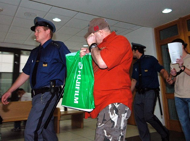 Jako prvního přivádí vězeňská eskorta Muhameda Gutiqiho