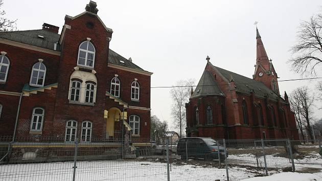 Kostel sv. Františka a sv. Viktora z roku 1887 je poslední zachovalou architektonickou památkou původního Hrušova.