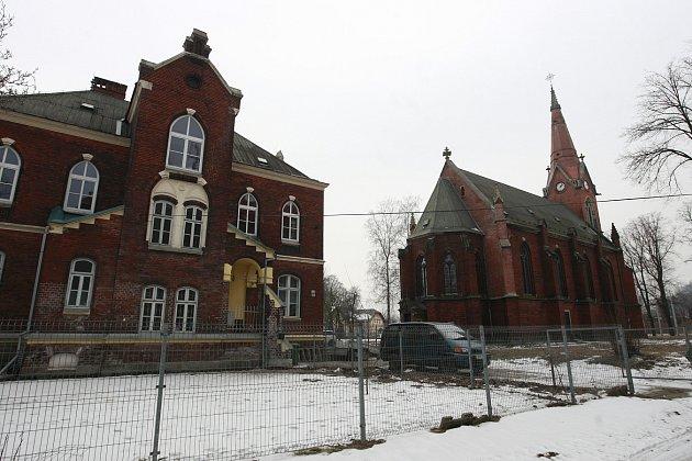 Kostel sv. Františka a sv. Viktora zroku 1887je poslední zachovalou architektonickou památkou původního Hrušova.